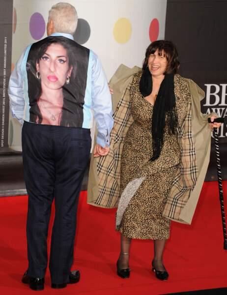 Mitch Winehouse de dos avec une veste en hommage à sa fille