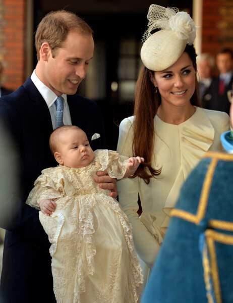 La tenue de Kate (ensemble Alexander McQueen, chapeau Jane Taylor) est parfaitement assortie à la robe de baptême