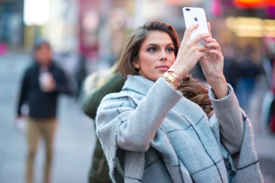 Iris Mittenaere : belle et coiffée, elle peut s'accorder un selfie time à Times Square