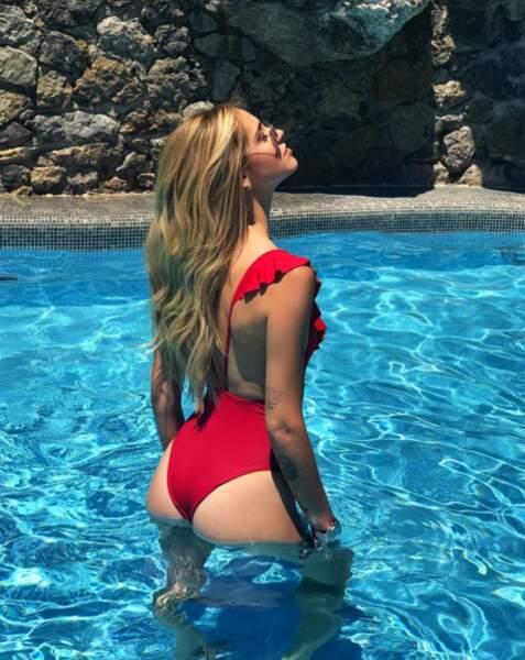 Chiara Ferragni joue les sirènes avec un maillot rouge échancré derrière