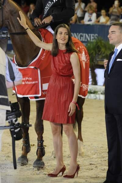 Lors de la remise des prix, harlotte ne peut s'empêcher de caresser le cheval