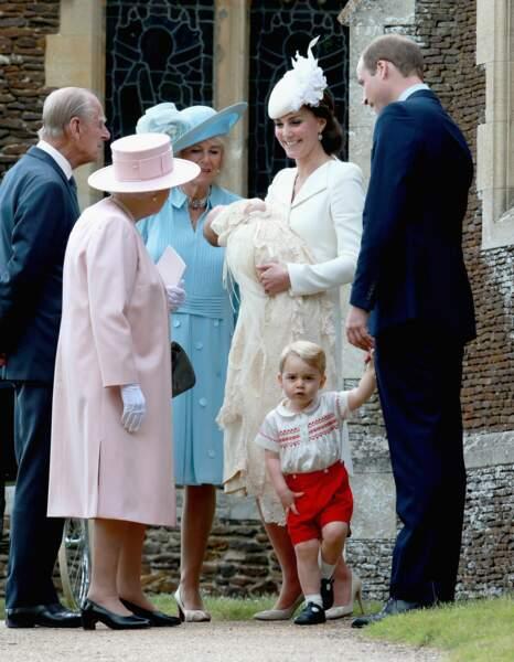 La reine Elizabeth émerveillée par son arrière-petite-fille