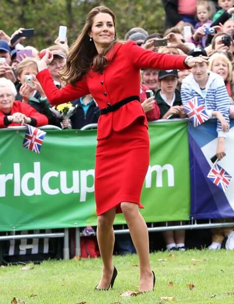 Même en talons hauts et tailleur ajusté, Kate Middleton est dans la place !