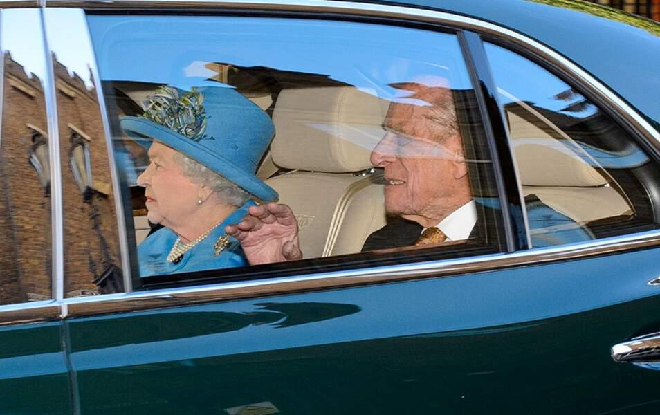 La reine Elizabeth II et le prince Philip suivent