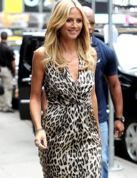 Robe longue + le léopard... NON. On dirait qu'Heidi Klum teste une tenue de camouflage pour partir en safari.