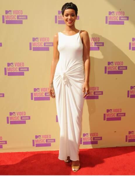 Une longue et sobre robe blanche ? Regardez plus près...