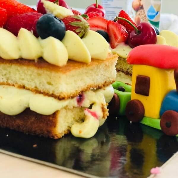 Le gâteau d'anniversaire du petit Tom, parfaitement décoré et particulièrement gourmand