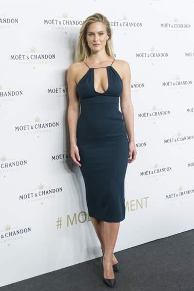 Soirée Moët & Chandon : Bar Refaeli a ébloui l'assistance avec cette superbe robe décolletée