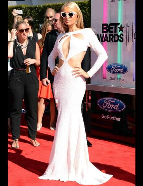 Paris Hilton tout en blanc à la cérémonie des BET Awards 2014