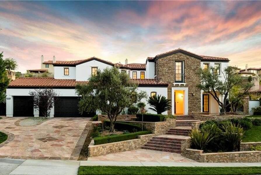 Visitez la superbe villa que Kylie Jenner met en vente : l'avant de la maison