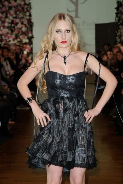 Elle a défilé en robe noire courte