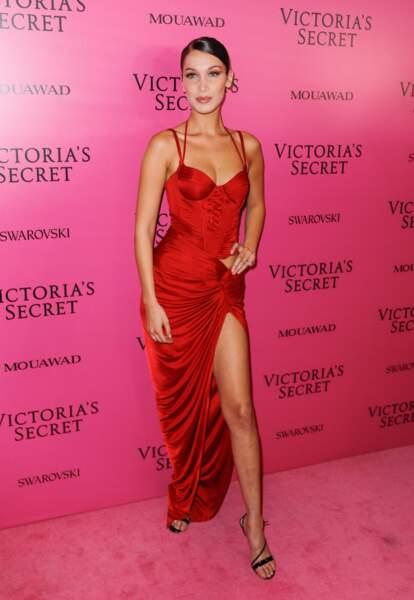 Bella Hadid très sexy sur le red carpet avec sa robe rouge ultra fendue
