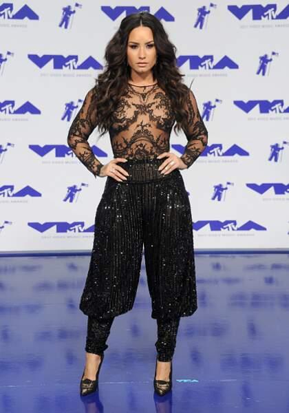 Don't : Demi Lovato en fait un peu trop en choisissant d'associer sequins et broderie