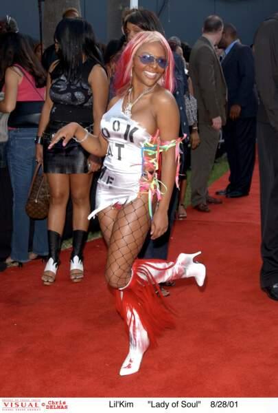 Lil'Kim en 2001: toujours pas de bistouri (et une tenue très distinguée)
