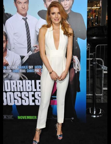Bella Thorne très sexy en combinaison blanche ultra décolletée