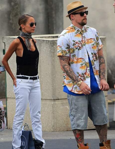 Par voie de conséquence, elle porte très bien le jean blanc, importable par une femme moins maigre.