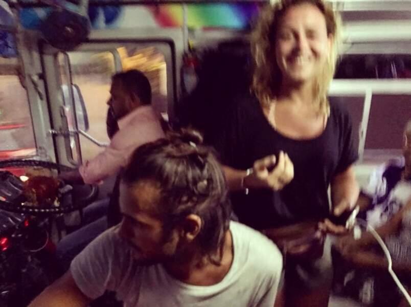 Jérémy et Candice dans un bus