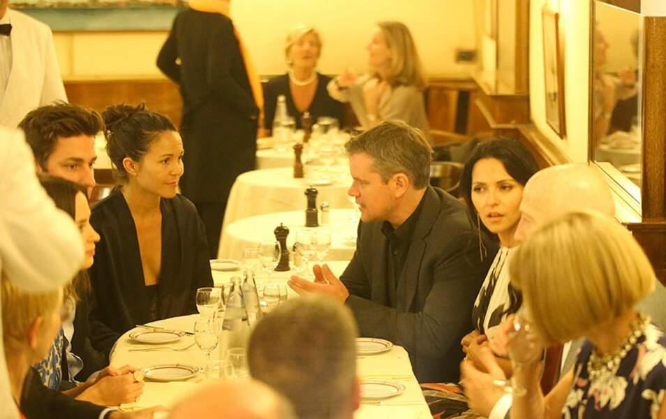 Dis donc, ça ne serait pas Anna Wintour à la table de Matt Damon ?