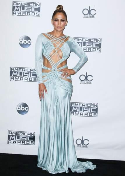 Jennifer Lopez jouait les sirènes avec une robe aux détails en macramé Charbel Zoe