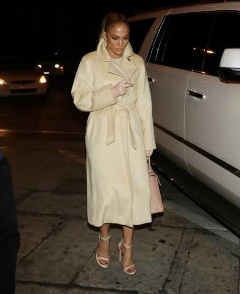 Do - Jennifer Lopez et son look beige