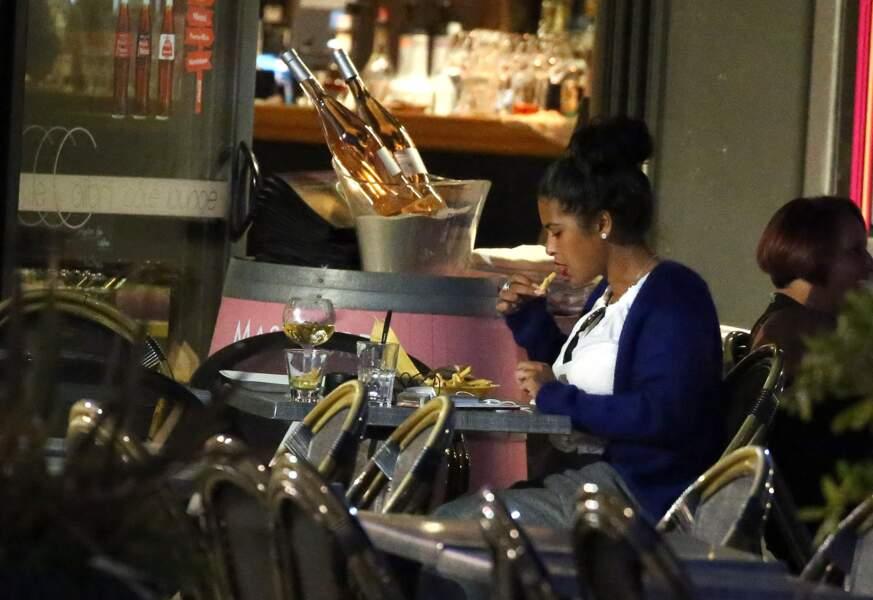 Ayem fait une pause dans son régime : burger et vin blanc au menu