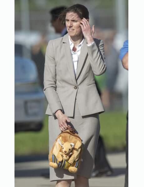 Sa nanny porte le sac à dos kangourou, joli hommage à l'Australie