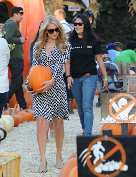 Hésitation : une seconde citrouille attire son attention. Que va faire Paris Hilton ?