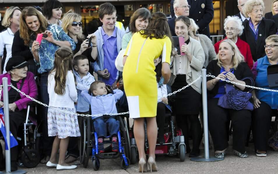 Kate s'approche d'un groupe d'handicapés