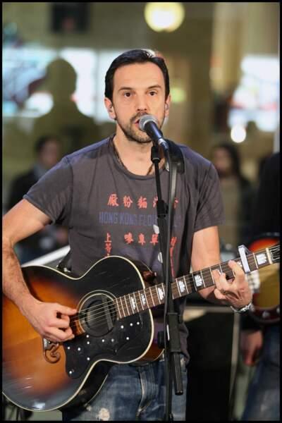 Gerald de Palmas se passionne très jeune pour la musique et arrête ses études pour se consacrer à son groupe