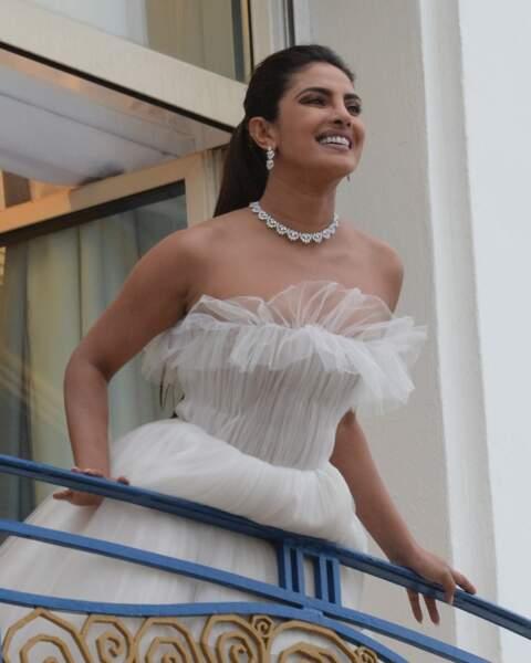 Au balcon de son hôtel, elle est apparue telle une princesse