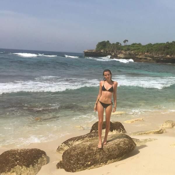Clara McGregor sur un GROS rocher