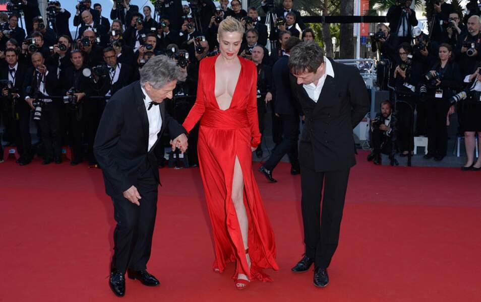 Palme du decolleté tellement plongeant qu'on aperçoit l'étiquette de la culotte : Emmanuelle Seigner