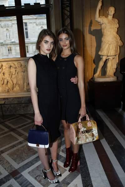 Soirée Louis Vuitton x Jeff Koons au Louvre : Taylor Hill (à droite) et une ravissante amie