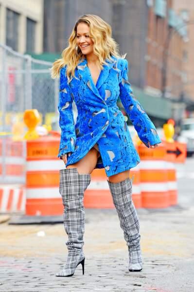 Rita Ora en string et sans pantalon sous une veste, elle en montre ÉVIDEMMENT trop