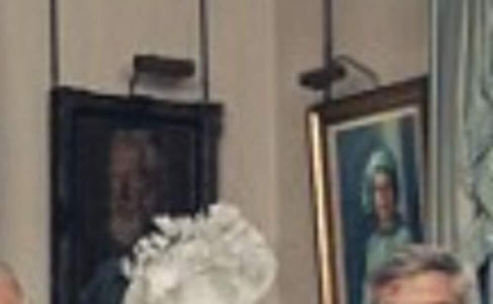 Le portrait de la reine peint en 1972 par Michael Noakes a été relevé pour la photo officielle
