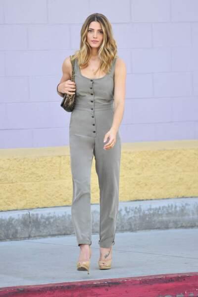 Ashley Greene trop mignonne en combi grise et escarpins nude