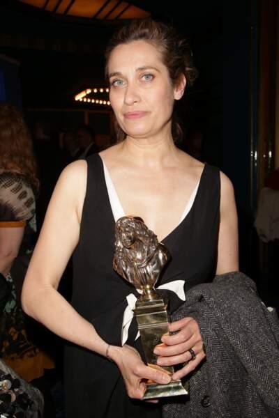 Emmanuelle Devos et sa jolie statuette