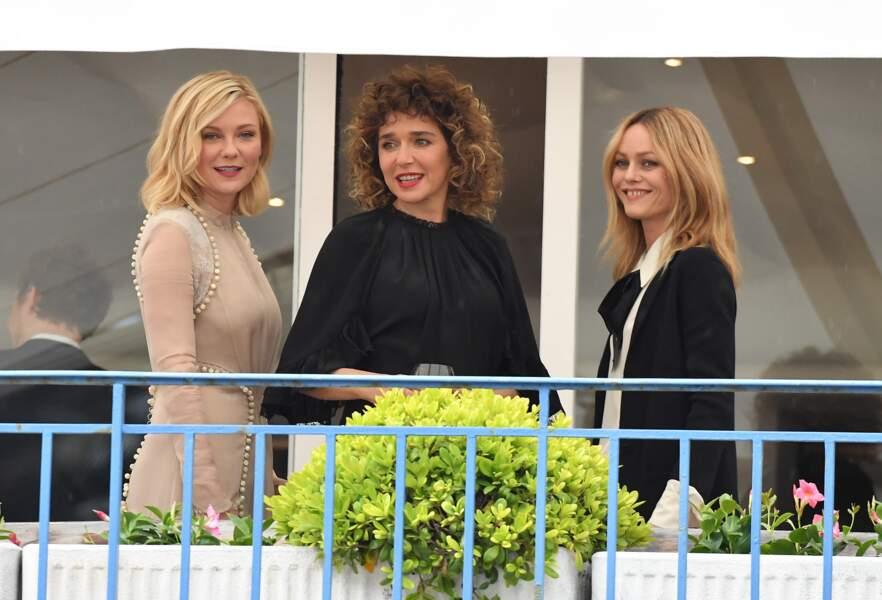 Cannes 2016: Kirsten Dunst, Valeria Golino et Vanessa Paradis souriantes en terrasse du Martinez.