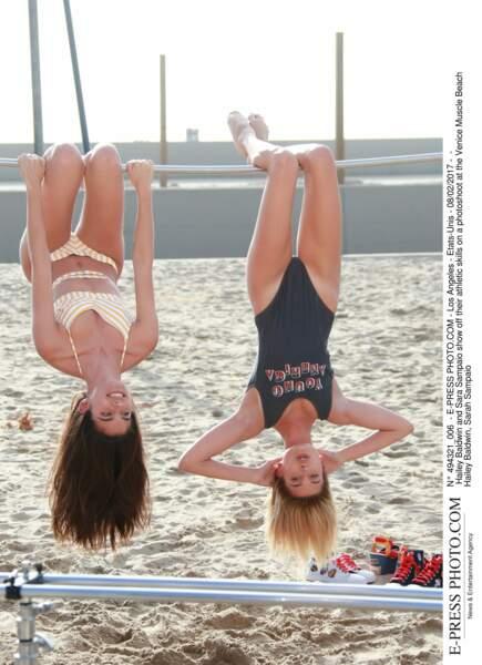 Les people à la plage ? Ils s'amusent comme des gosses : Hailey Baldwin et Sara Sampaio