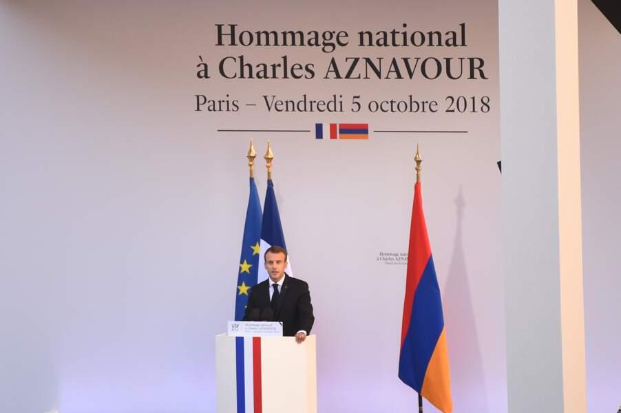 Emmanuel Macron à la tribune pour son discours lors de l'hommage national à Charles Aznavour