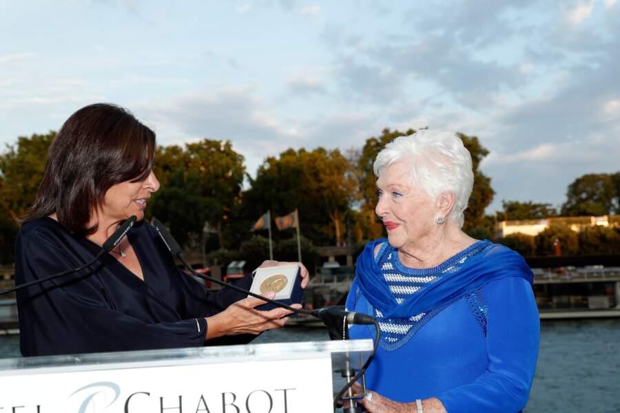 Line Renaud honorée par Anne Hidalgo qui lui a remis la médaille Grand Vermeil de la ville de Paris