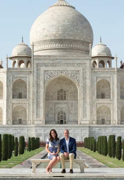 Photo clin d'oeil à celle beaucoup moins joyeuse de Diana, seule, devant le Taj Mahal, des années auparavant