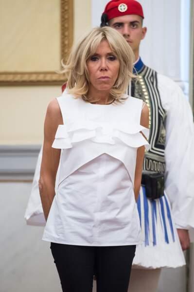 Brigitte Macron en top blanc destructuré à volants