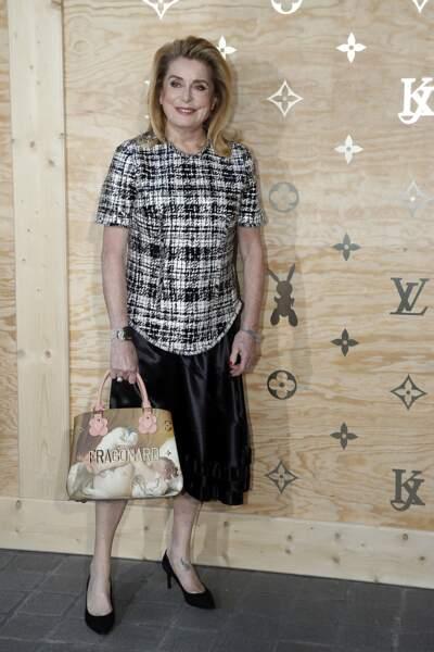 Soirée Louis Vuitton x Jeff Koons au Louvre : Mademoiselle Deneuve et un des sac créés pour cette collab'