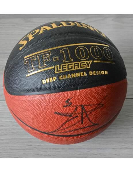 Un ballon de basket signé par la star française de la NBA, Tony Parker