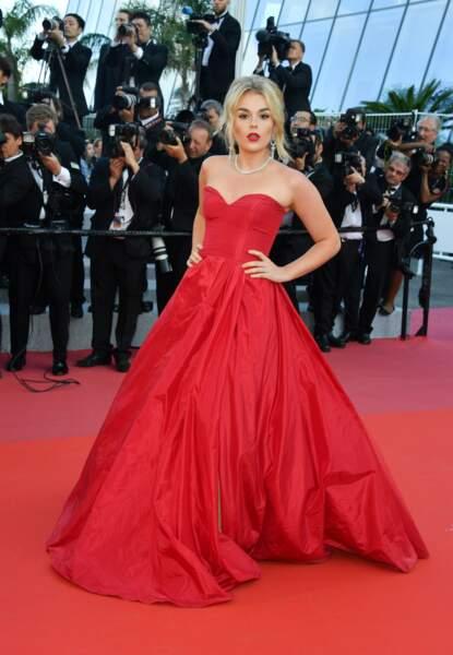 Rayonnante, la chanteuse Tallia Storm est assortie au tapis rouge
