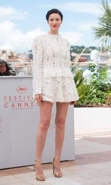Caitriona Balfe, ravissante dans sa très courte robe blanche