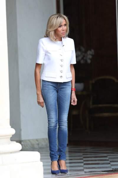 Brigitte Macron en veste blanche et jean slim délavé