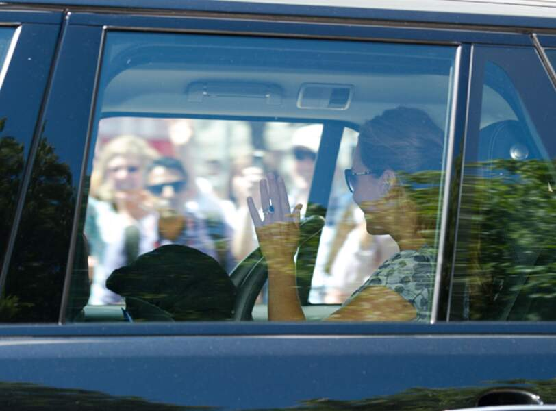 Avec le bébé bien sûr dont on aperçoit le siège à côté de Kate