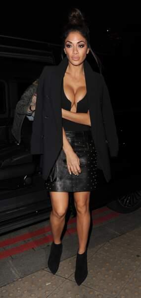 Nicole Scherzinger sexy : un décolleté qu'elle a associé à une mini jupe en cuir